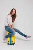 Menina com uma mala de viagem amarela Fotos de Stock Royalty Free