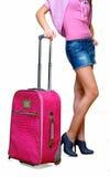 Menina com uma mala de viagem cor-de-rosa Fotografia de Stock