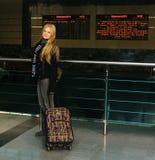 Menina com uma mala de viagem na estação de comboio fotografia de stock