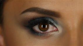 A menina com uma noite compõe fecha e abre os olhos Fim acima Movimento lento vídeos de arquivo