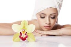 Menina com uma orquídea imagem de stock royalty free