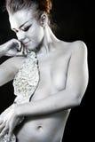 A menina com uma pele de prata fotografia de stock royalty free