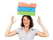 Menina com uma pilha dos dobradores de papel em sua cabeça Fotografia de Stock Royalty Free