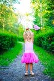 Menina com uma rede da borboleta Foto de Stock Royalty Free