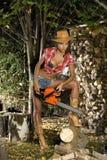 Menina com uma serra de cadeia Fotografia de Stock