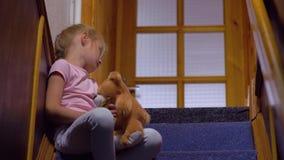 A menina com urso de peluche está furando video estoque