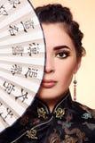Menina com ventilador chinês Fotografia de Stock