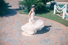 Menina com vestido branco que faz uma rotação imagens de stock royalty free