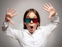 Menina com vidros 3d um filme de observação Imagem de Stock
