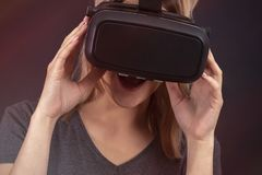 Menina com vidros da surpresa da surpresa da realidade virtual fotos de stock royalty free