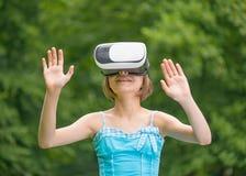 Menina com vidros de VR Fotos de Stock Royalty Free