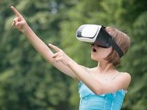 Menina com vidros de VR Fotos de Stock