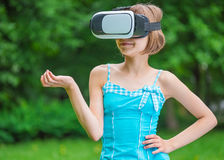 Menina com vidros de VR no parque Foto de Stock Royalty Free