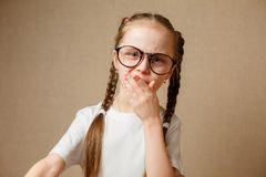 Menina com vidros em um t-shirt branco Fotografia de Stock