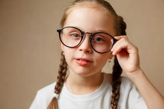 Menina com vidros grandes Fotografia de Stock Royalty Free