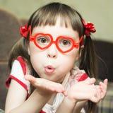 Menina com vidros na forma de um coração Fotografia de Stock