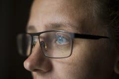 A menina com vidros com olhos bonitos olha os olhos misteriosos, o conceito da vista no futuro das novas tecnologias imagens de stock royalty free