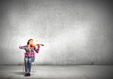 Menina com violino Imagens de Stock