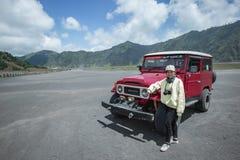A menina com 4WD Offload no jipe no Mt Bromo imagem de stock