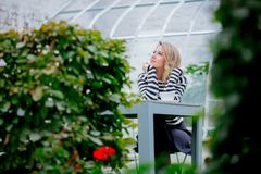 Menina com a xícara de café no jardim da estação do outono fotografia de stock royalty free