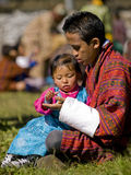 A menina começ a fruta de seu pai em um festival Fotografia de Stock
