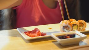 A menina come o sushi video estoque