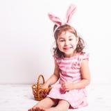 A menina come ovos de chocolate Foto de Stock Royalty Free