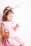 A menina come ovos de chocolate Imagens de Stock