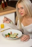 A menina come a salada saboroso Fotografia de Stock Royalty Free