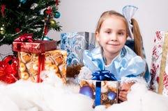 A menina começ um presente de Natal Foto de Stock Royalty Free