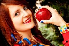 A menina come uma maçã imagens de stock royalty free