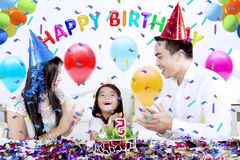 A menina comemora a festa de anos com seu pai Fotos de Stock Royalty Free