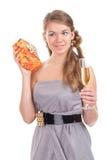 A menina comemora o Natal com um presente nas mãos Imagem de Stock Royalty Free