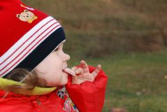 A menina comendo Fotos de Stock