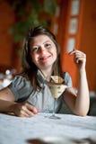 A menina comerá uma sobremesa imagens de stock royalty free