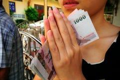 A menina como diz amen fotos de stock royalty free