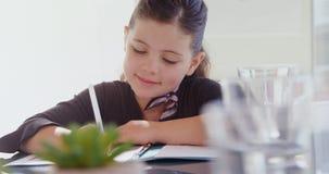 Menina como a escrita do executivo empresarial no bloco de notas 4k vídeos de arquivo