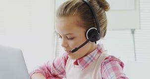 Menina como o executivo do serviço ao cliente que fala ao cliente 4K 4k filme