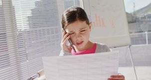 Menina como o executivo empresarial que fala no telefone celular 4k vídeos de arquivo