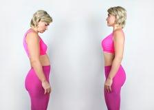 Menina completa e escultural da foto em um terno cor-de-rosa Fotografia de Stock Royalty Free