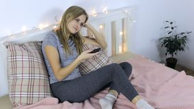 A menina comuta os canais no telecontrole video estoque