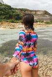 A menina conduz pela mão na praia fotos de stock royalty free