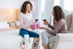 Menina consciente que felicita sua irmã em casa imagens de stock royalty free