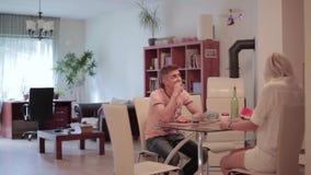 A menina considerável do homem e do louro senta-se na tabela, fala, olha o helicóptero nano de voo video estoque