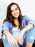 Menina consideravelmente à moda do moderno dos jovens que levanta emocional isolado no sorriso fresco de sorriso feliz do fundo b Fotos de Stock Royalty Free