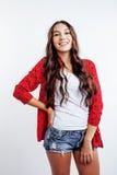 Menina consideravelmente à moda do moderno dos jovens que levanta emocional isolado no sorriso fresco de sorriso feliz do fundo b Fotos de Stock