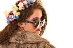 Menina consideravelmente adolescente com as flores no cabelo Fotografia de Stock Royalty Free