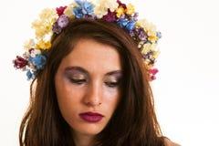 Menina consideravelmente adolescente com as flores no cabelo Fotografia de Stock