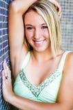 Menina consideravelmente adolescente com cabelo louro foto de stock