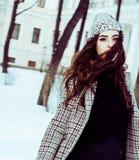 Menina consideravelmente adolescente do moderno dos jovens exterior no parque ha da neve do inverno Foto de Stock Royalty Free